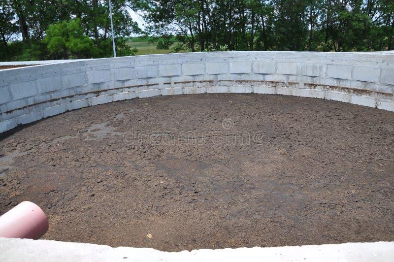 Compost concret pour l'engrais à une ferme photographie stock libre de droits