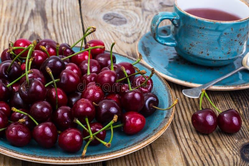 Composta della ciliegia e ciliegia fresca sul piatto fotografie stock libere da diritti