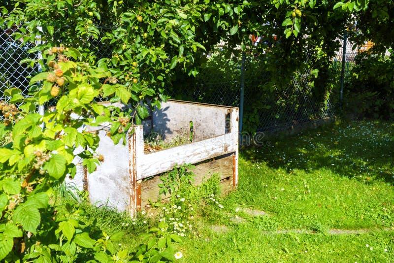 Compostaggio nel giardino sotto l'albero fotografia stock
