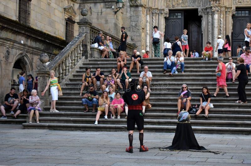 compostela de圣地亚哥西班牙 2018年8月 大教堂和变戏法者,夏天费斯特A变戏法者在Platerias广场执行 免版税图库摄影
