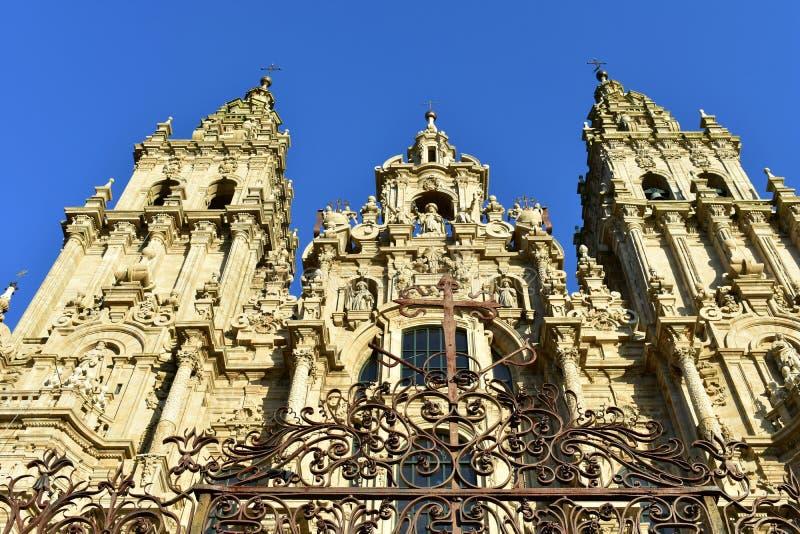 compostela de Santiago Espagne Place d'Obradoiro Cathédrale avec la vieille porte de fer, perspective de dessous Façade baroque photo stock