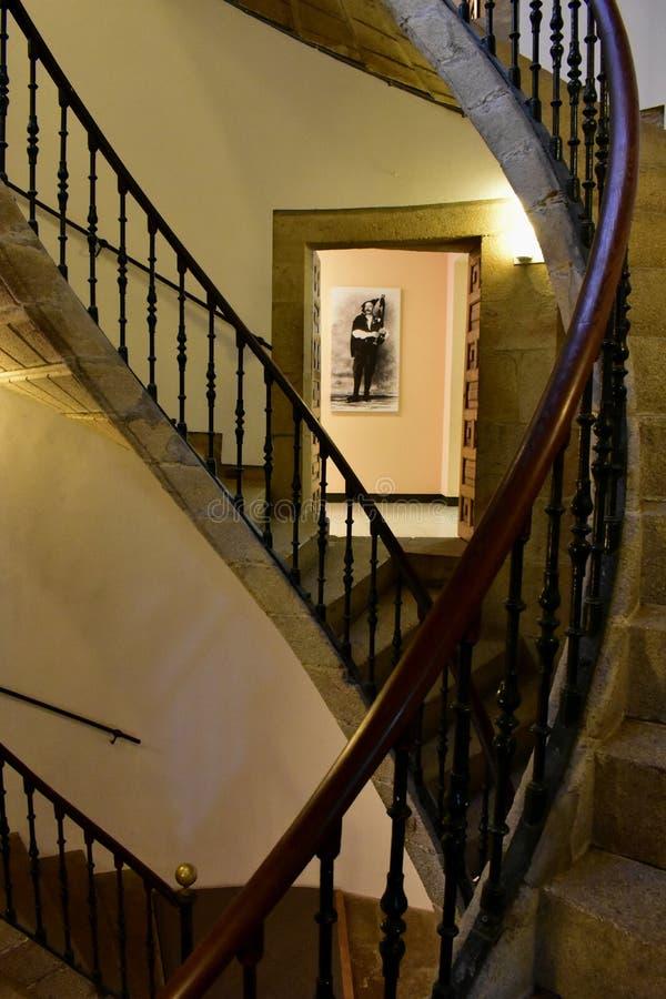 compostela de Santiago Espagne Septembre 2018 Musée galicien de personnes : Escalier et joueur de pipeau hélicoïdaux triples photos stock
