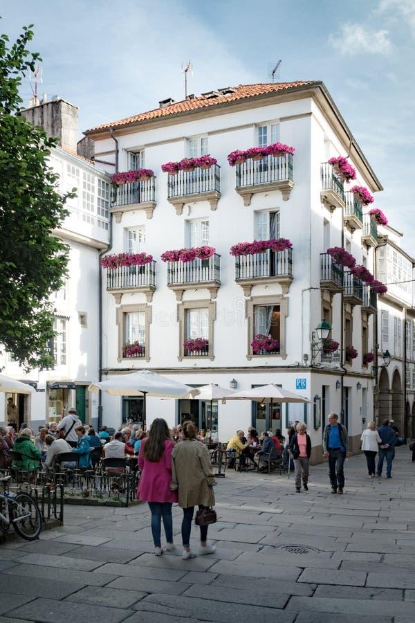 compostela de santiago Sikt av den gamla stadsgatan på vår royaltyfri fotografi