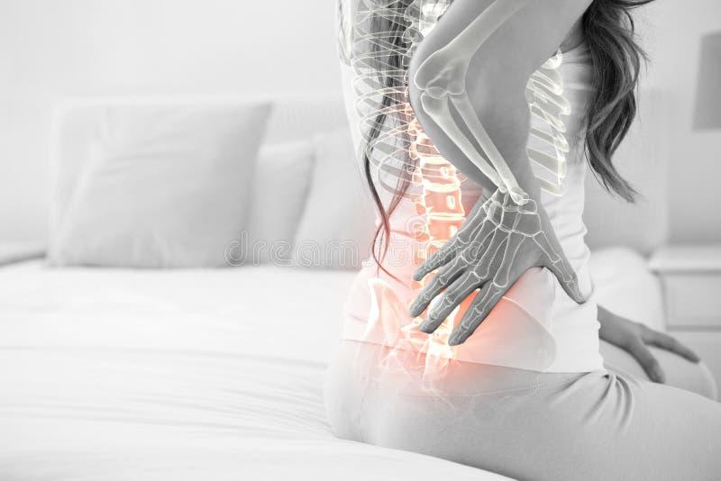 Composto di Digital della spina dorsale Highlighted della donna con dolore alla schiena fotografia stock libera da diritti