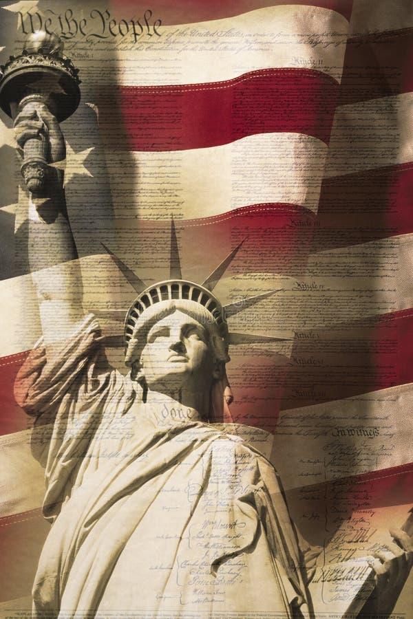 Composto di Digital: La statua della libertà e la bandiera americana è messa sotto con la scrittura della costituzione degli Stat fotografie stock libere da diritti