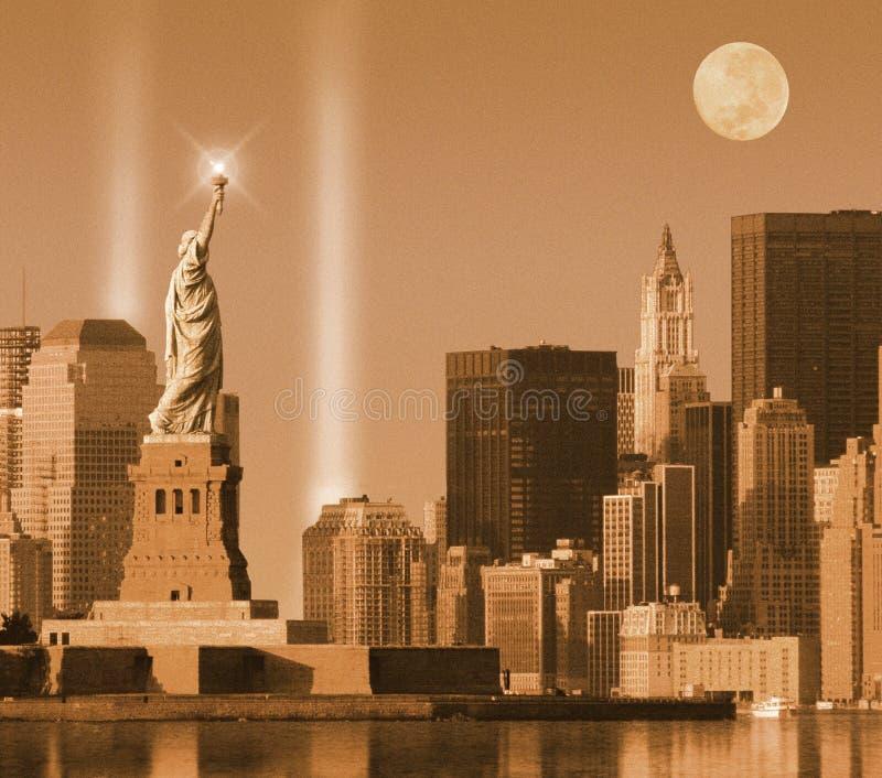 Composto di Digital: Memoriale leggero del World Trade Center dietro seppia della statua della libertà tonificata immagine stock libera da diritti