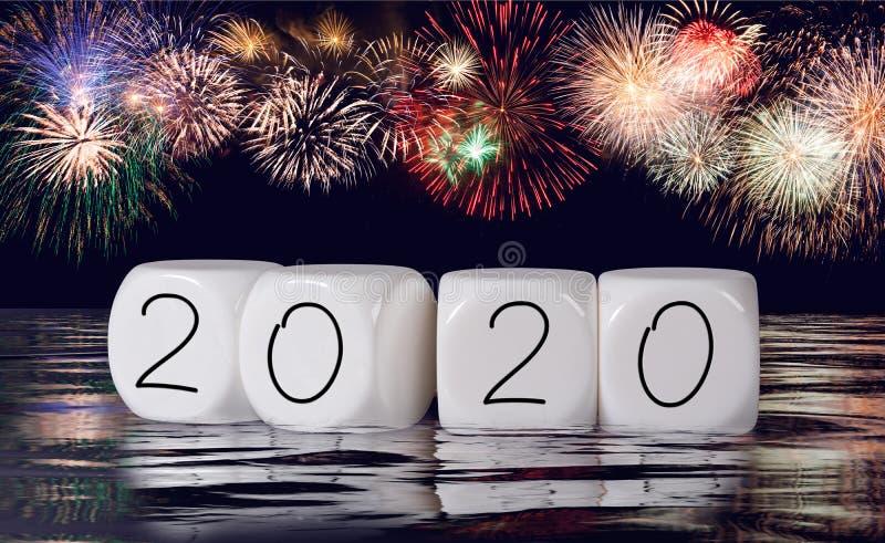 Composto dos fogos de artifício e do calendário para o fundo do feriado do ano 2020 novo imagens de stock