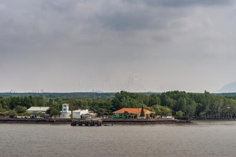 Composto governamental ao longo do rio Longo Tau, Thieng Lieng, Vietname fotos de stock royalty free