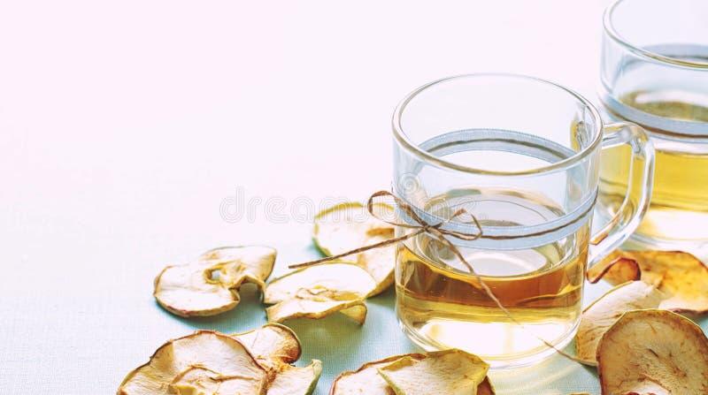 Compota de frutos secada Copos de vidro com uma bebida dos frutos secados, imagens de stock royalty free