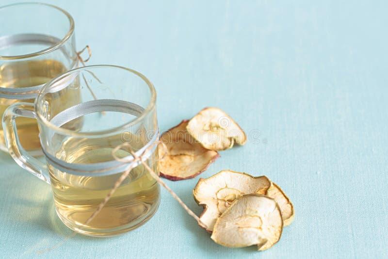 Compota de frutos secada Copos de vidro com uma bebida dos frutos secados, foto de stock