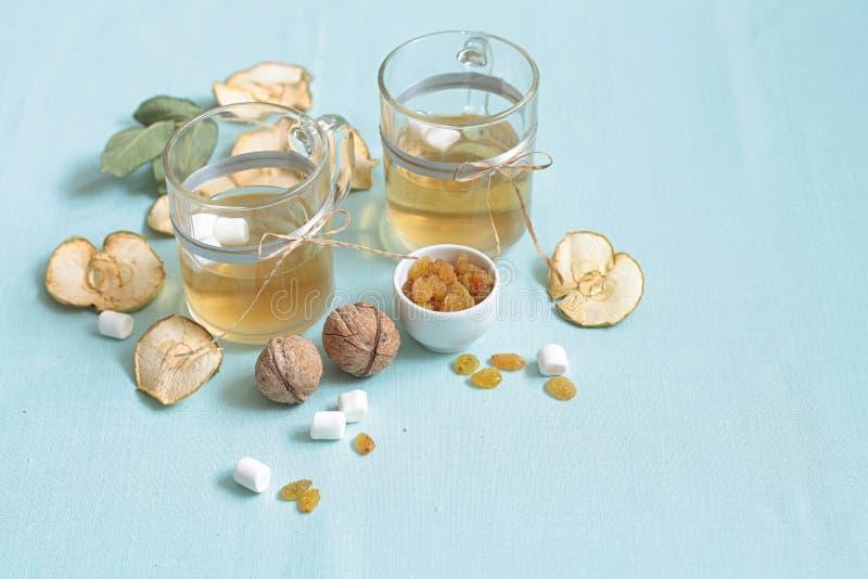Compota de frutos secada Copos de vidro com uma bebida dos frutos secados, imagens de stock