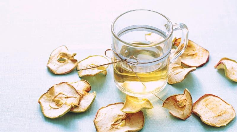 Compota de frutos secada Copos de vidro com uma bebida dos frutos secados, fotos de stock royalty free
