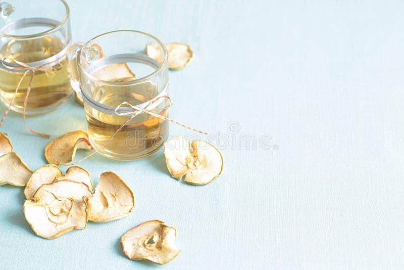 Compota de frutos secada Copos de vidro com uma bebida dos frutos secados, imagem de stock royalty free