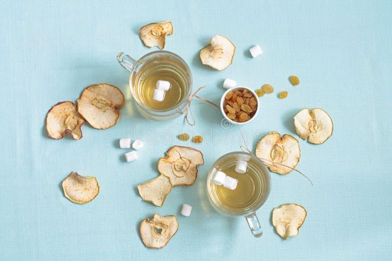 Compota de frutos secada Copos de vidro com uma bebida dos frutos secados, fotografia de stock