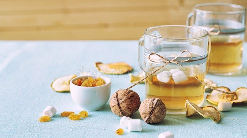 Compota de frutos secada Copos de vidro com uma bebida dos frutos secados, foto de stock royalty free