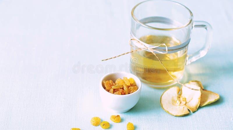 Compota de frutos secada Copos de vidro com uma bebida dos frutos secados, fotografia de stock royalty free