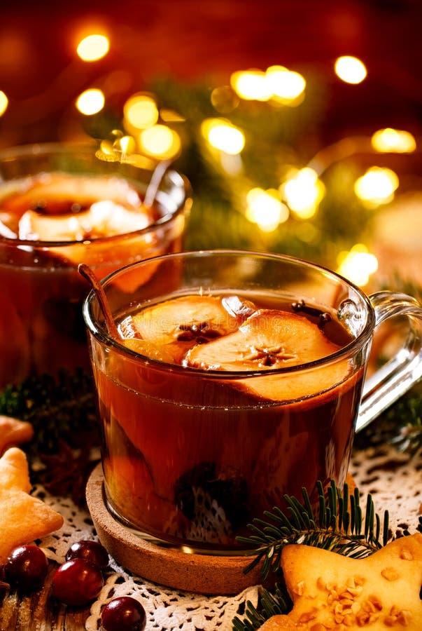 Compota de las frutas secadas y de las especias aromáticas, una bebida tradicional durante cena de la Navidad La Navidad polaca t imagen de archivo