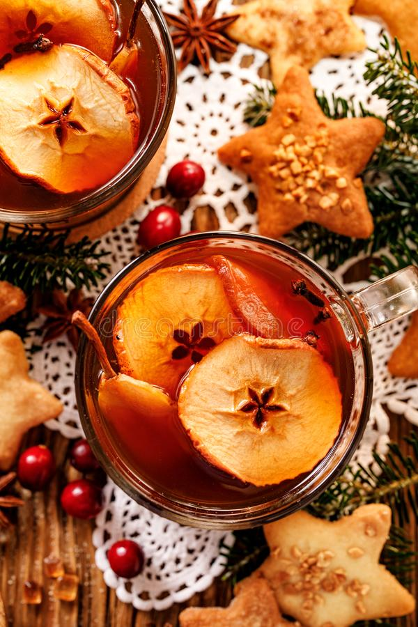Compota de las frutas secadas y de las especias aromáticas, una bebida tradicional durante cena de la Navidad La Navidad polaca t imagen de archivo libre de regalías