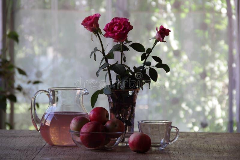 Compote van appelen in een transparante kruik stock afbeeldingen