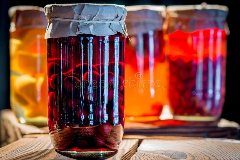 Compote van kersen in een glaskruik stock foto