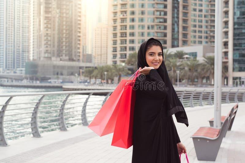 Compra árabe da mulher imagens de stock royalty free