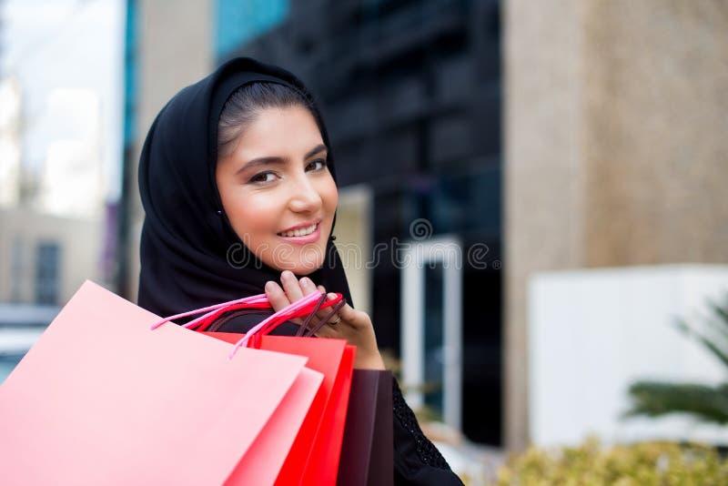 Compra árabe das mulheres foto de stock