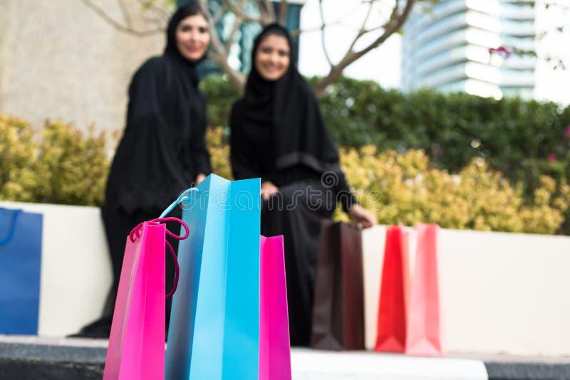 Compra árabe das mulheres foto de stock royalty free