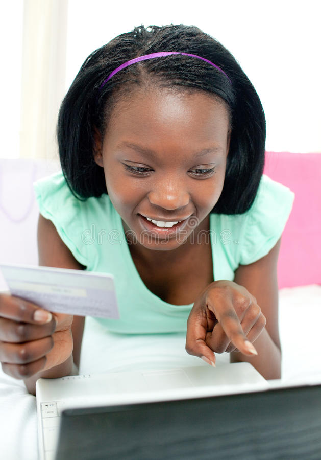Compra adolescente alegre da menina em linha fotos de stock royalty free