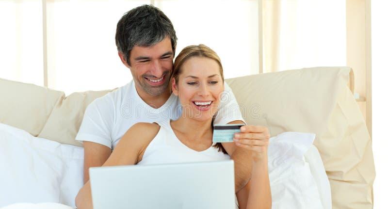 Download Compra Afectuosa Dos Pares No Internet Foto de Stock - Imagem de macho, confortável: 12811866