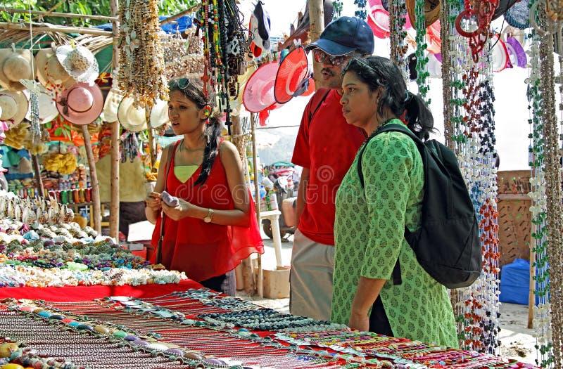 Compra asiática da família na feira da ladra imagens de stock royalty free