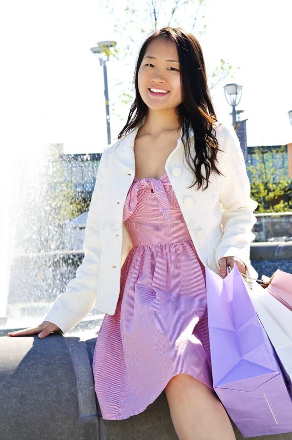 Compra asiática da mulher foto de stock
