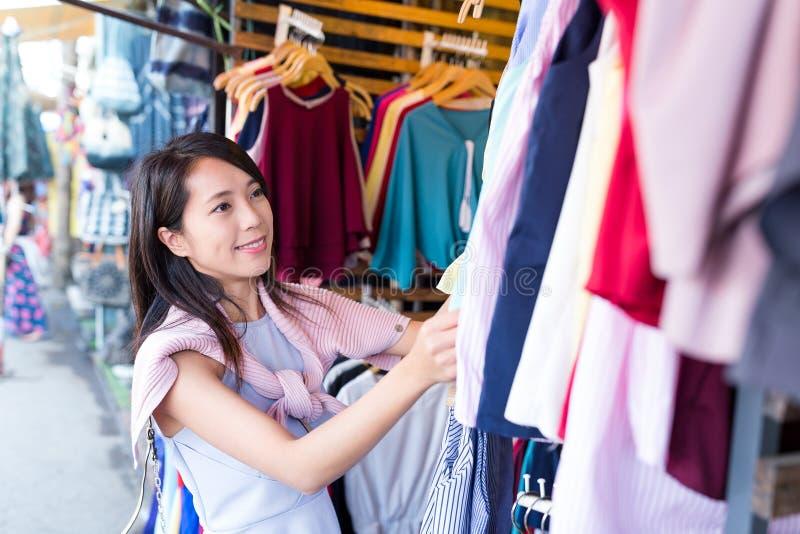 Compra asiática da mulher no mercado de rua imagens de stock