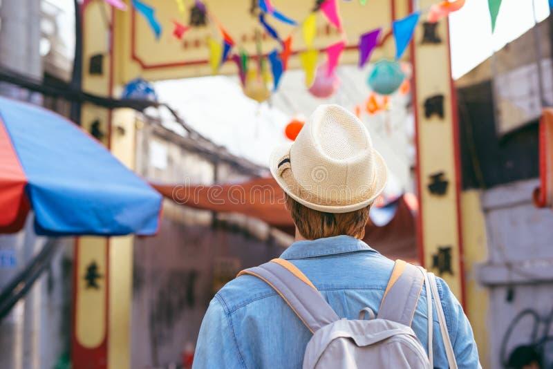 Compra asiática nova do viajante do homem que anda no mercado de rua fotografia de stock royalty free