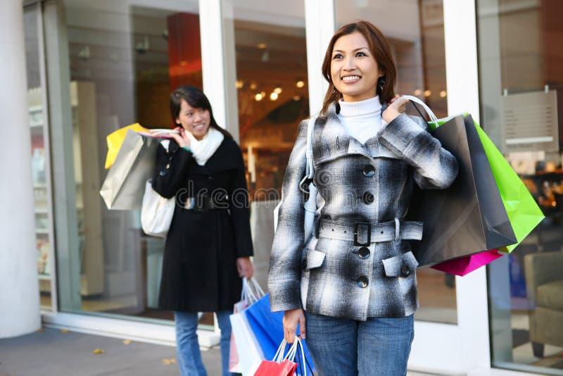 Compra bonita da mulher com sacos coloridos fotografia de stock