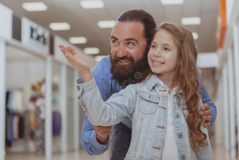 Compra bonito da menina na alameda com seu pai foto de stock