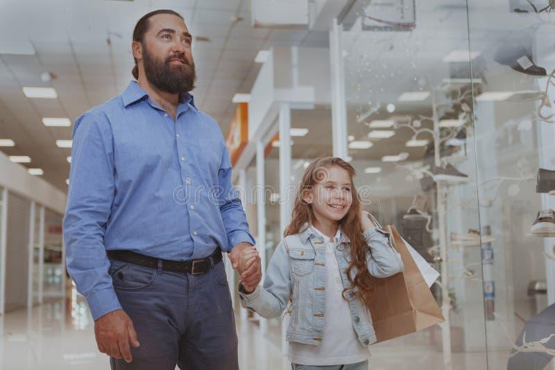 Compra bonito da menina na alameda com seu pai imagens de stock