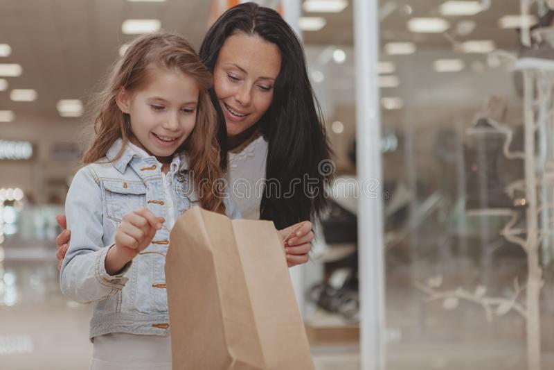 Compra bonito da menina na alameda com sua m?e imagem de stock royalty free
