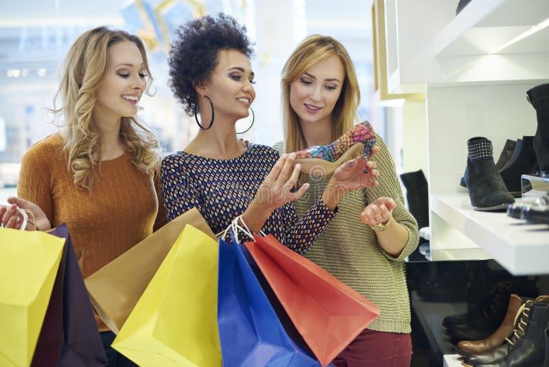 Compra com amigos imagens de stock