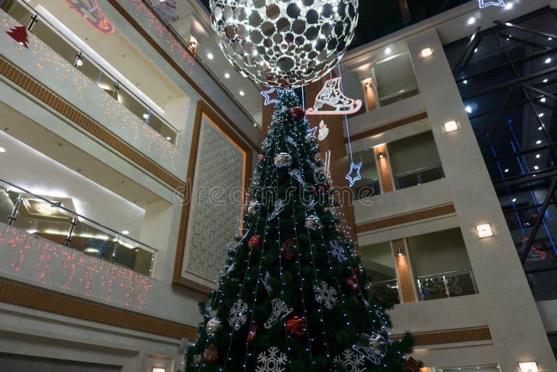 Compra com os espírito, a vista da árvore de Natal da galeria superior, imagem de stock royalty free