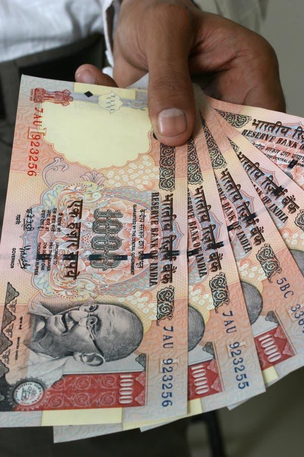 Compra con el dinero en circulación indio imagen de archivo