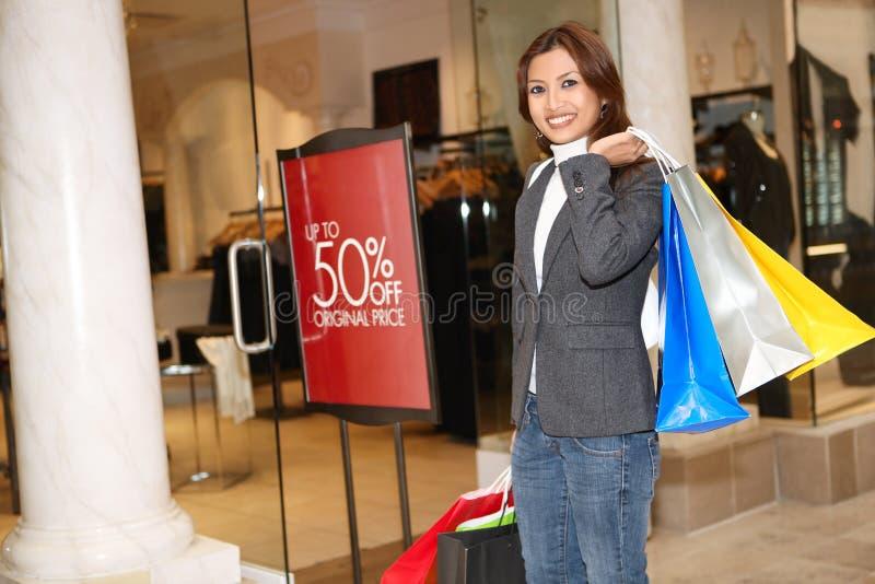 Compra consideravelmente asiática da mulher imagem de stock
