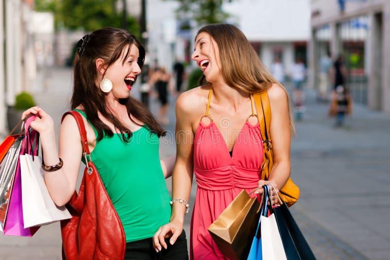 Compra da baixa das mulheres com sacos fotografia de stock