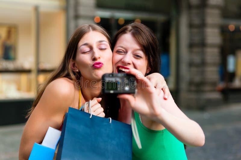 Compra da baixa das mulheres com sacos imagens de stock