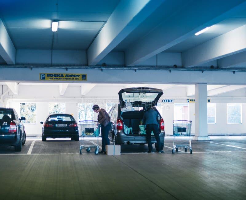 Compra da carga na bota de um supermercado do alemão dos pares do carro fotos de stock