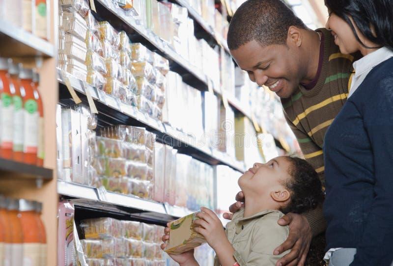 Compra da família em um supermercado imagem de stock