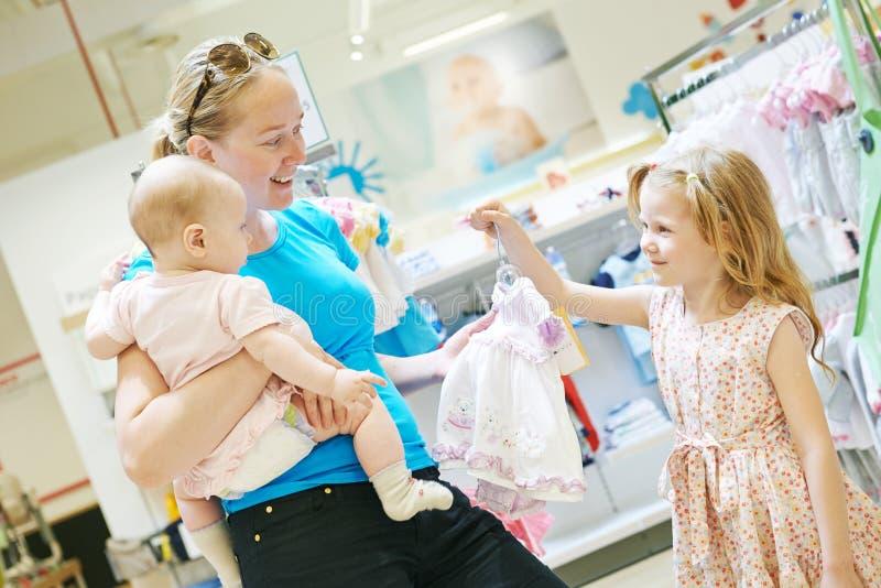 Compra da família Mulher com o bebê na loja fotos de stock royalty free