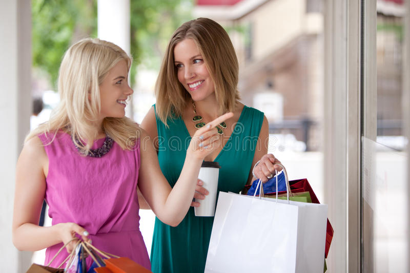 Compra da janela das mulheres fotos de stock royalty free