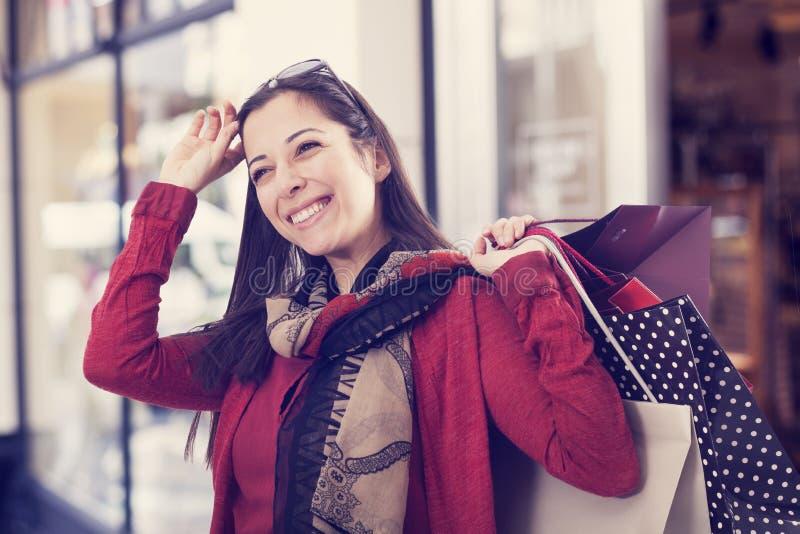Compra da jovem mulher fotos de stock royalty free