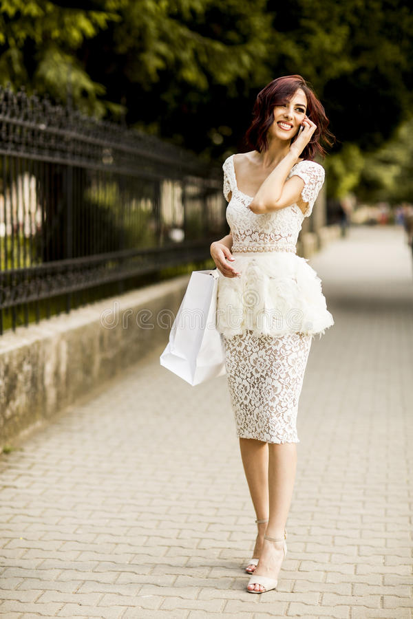 Compra da jovem mulher na rua fotografia de stock