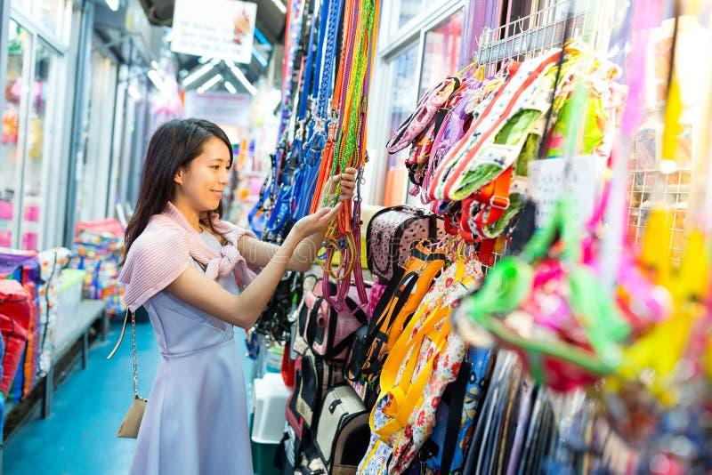 Compra da jovem mulher no mercado de rua foto de stock